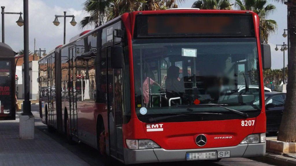 Detienen a un hombre de 54 años por masturbarse sobre una menor de edad a bordo de un autobús en Valencia
