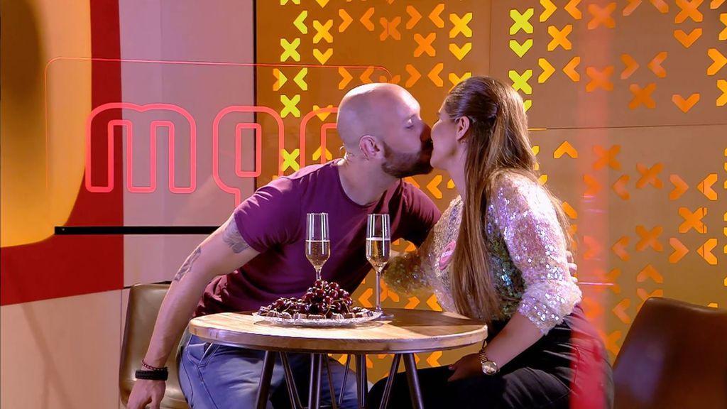 Así ha sido el mágico primer encuentro de José y Yasmina con beso incluído