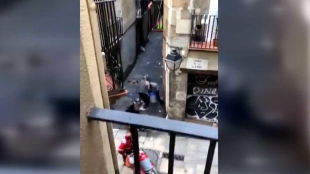 Tres hombres dan una paliza a un ladrón a plena luz del día en Barcelona