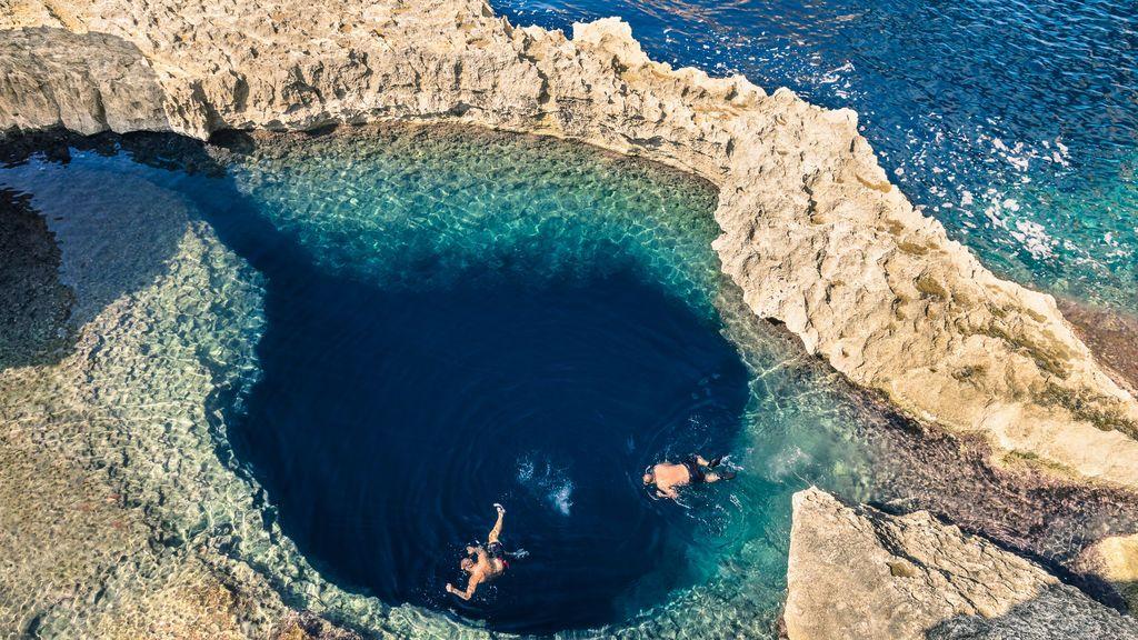 La aventura de los 'blue hole': cruzar al inframundo a través de cuevas submarinas