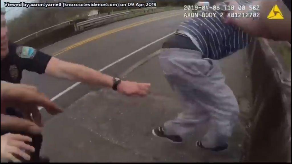 Un policía salva 'in extremis' a un hombre a punto de tirarse por un puente: las increíbles imágenes del rescate