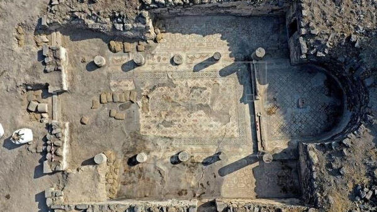 Un mosaico descubierto cerca del Mar de Galilea marca una posible reubicación del milagro de los panes y los peces de  la biblia