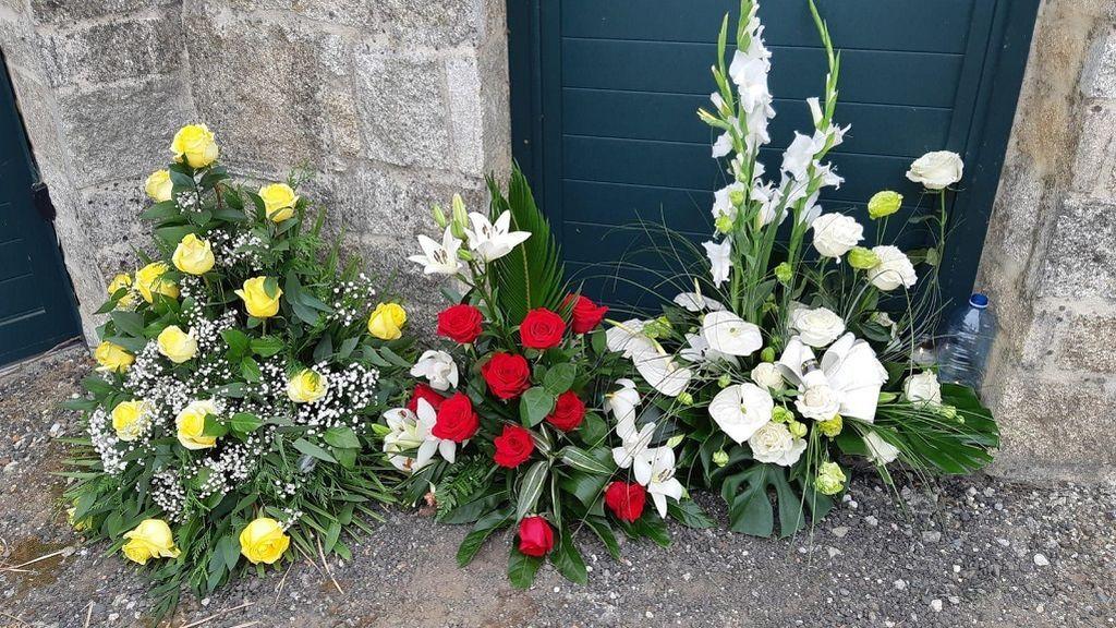Tres centros de flores en la entrada de la casa de Valga