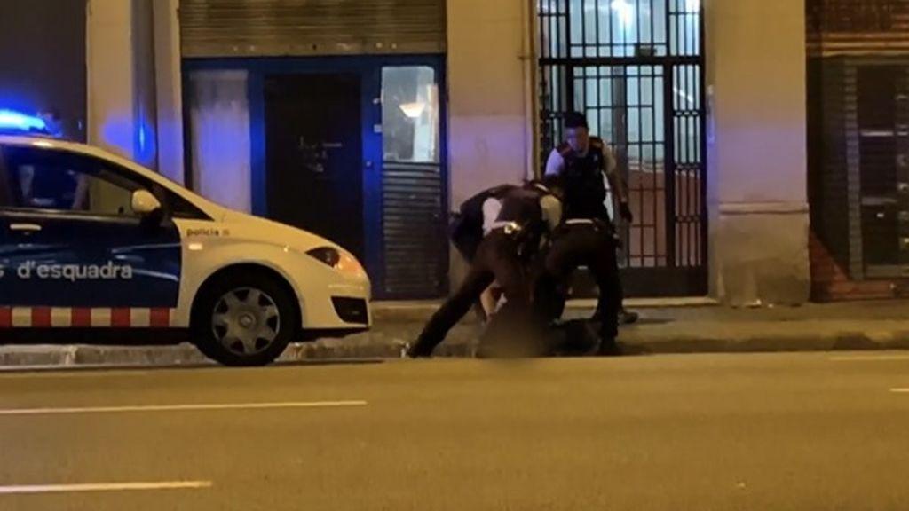 Detienen en Barcelona a un hombre que acababa de pegar a su expareja en plena calle