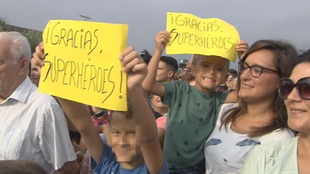 Los niños de Orihuela tienen nuevos 'superhéroes' : Los militares de la UME fueron despedidos entre aplausos