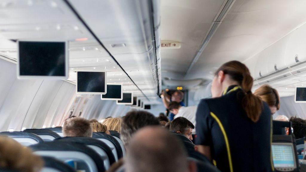 El agua y el café en los aviones, bajo sospecha: un estudio exige mayor limpieza en el servicio