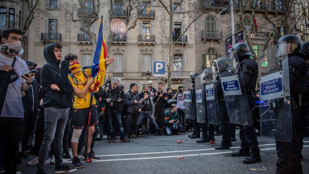 EuropaPress_1947244_Agentes_de_Mossos_de_Esquadra_intentan_controlar_a_unos_estudiantes_durante_la_manifestación_convocada_por_Universitats_per_la_República_dentro_de_la_huelga_general_en_Catalunya_impulsada_por_l