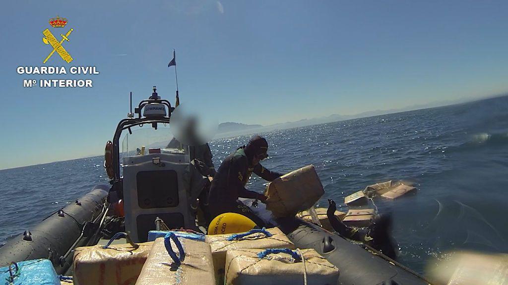 Los narcos del Estrecho se 'echan' al fondeo para librar la presión policial