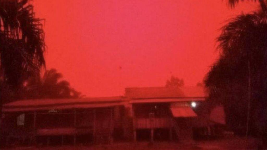 No es el apocalipsis, es Indonesia: el cielo se tiñe de rojo