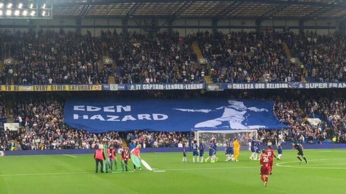La afición del Chelsea se confunde y saca una pancarta enorme de Eden Hazard en el partido contra el Liverpool