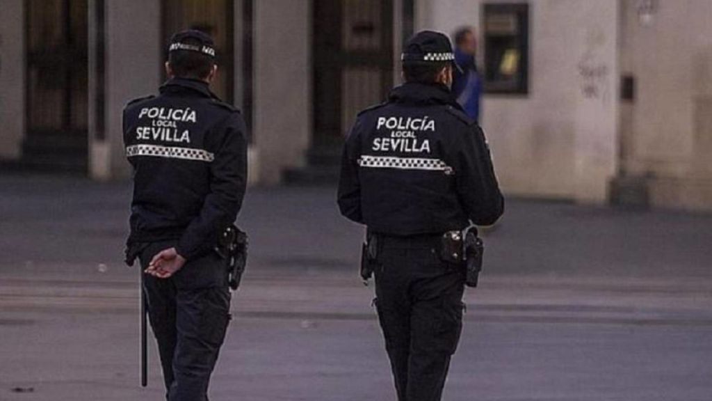 Dos guardias civiles patrullando por Sevilla