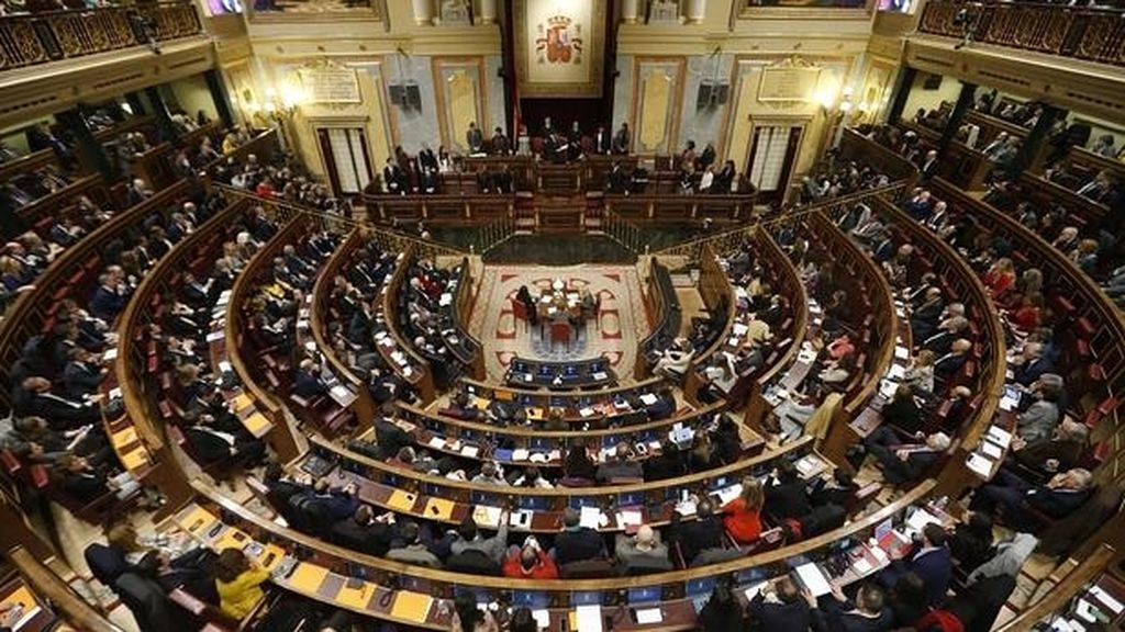 Los diputados no 'curran', pero sí cobran: se pueden llevar entre 6.000 y 7.200 euros con el Congreso cerrado