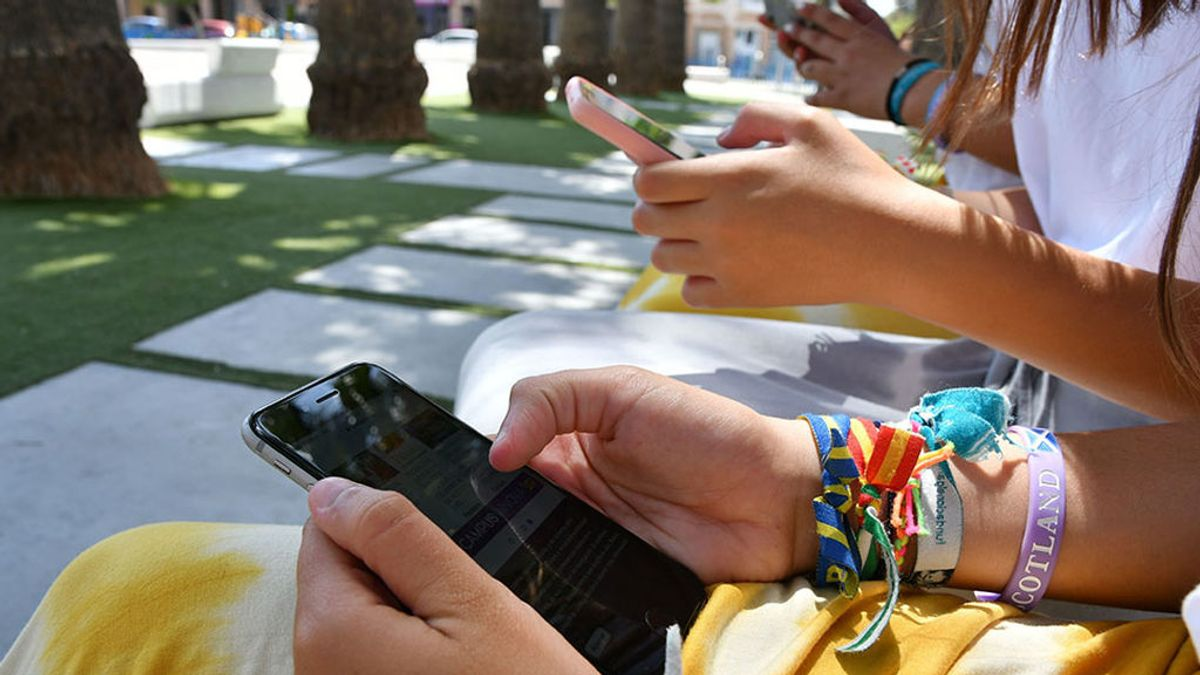 La Comunidad de Madrid prohibirá el uso del móvil en los centros de primaria y secundaria públicos y concertado