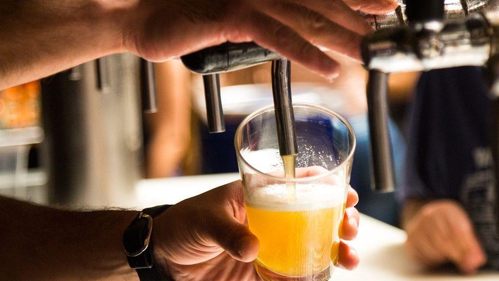Detienen a un hombre que se desnudó para que le sirvieran una cerveza en Gijón