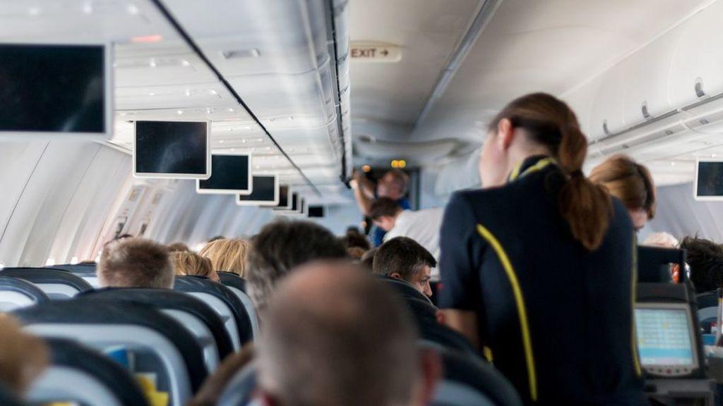 Una azafata desaconseja tomar café o té en los aviones