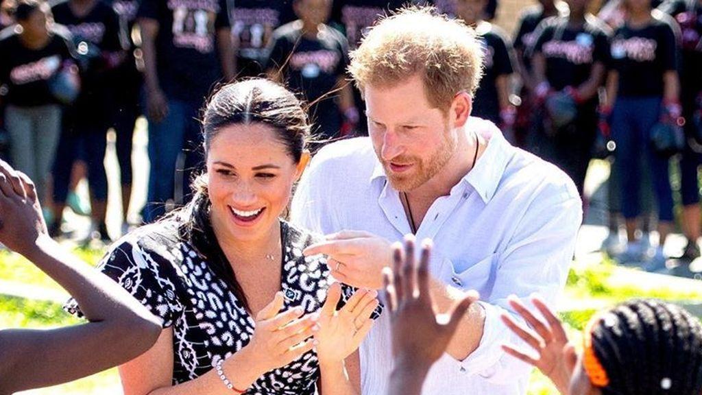 El divertido baile de los duques de Sussex durante su visita a África en el que Meghan Markle lo da todo