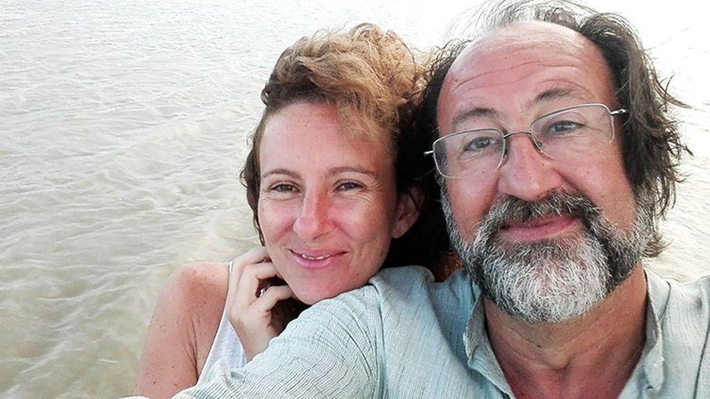 Luis Miguel Domínguez en uno de sus viajes con su mujer, Mónica