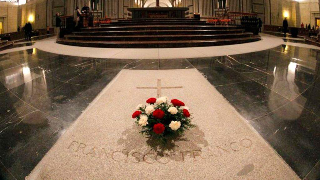 Lápida de Franco en el Valle de los Caídos