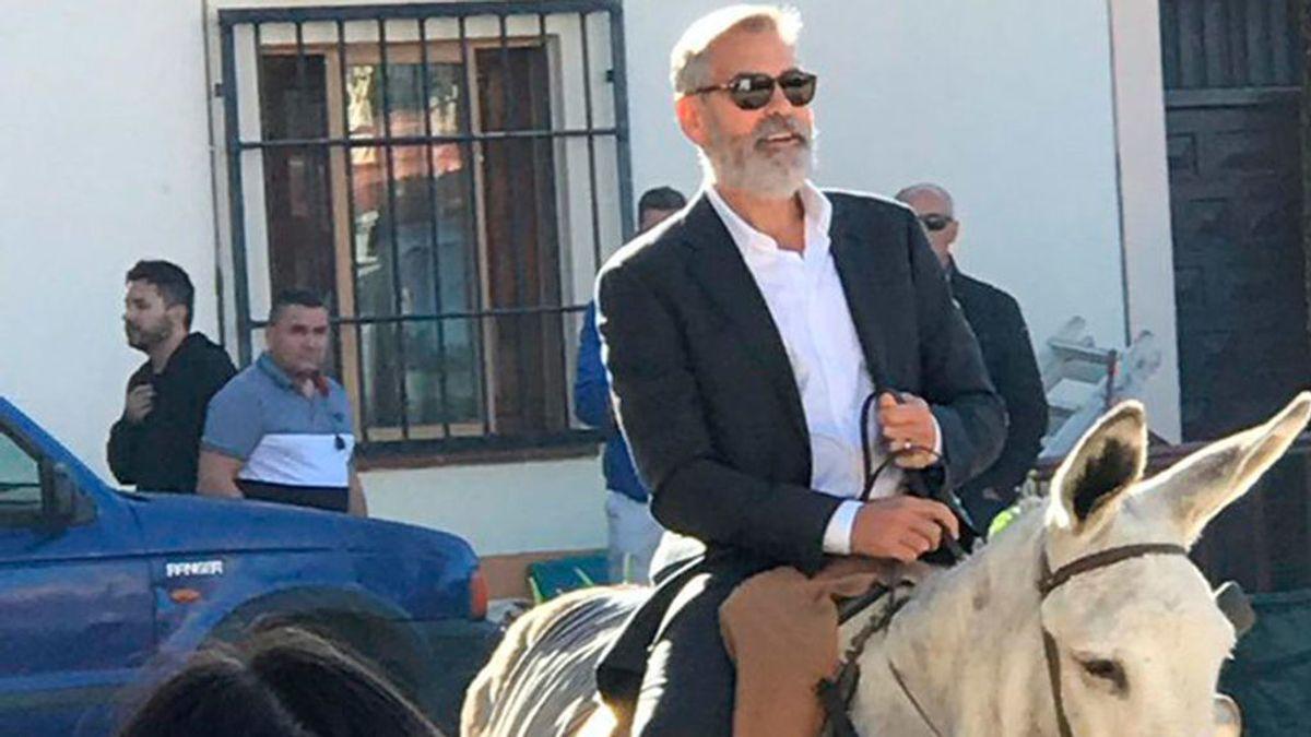 George Clooney revoluciona Navalcarnero montado en un burro