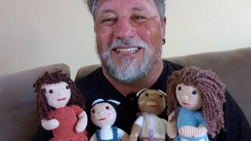Joao Stanganelli y algunas de las muñecas que él mismo ha hecho