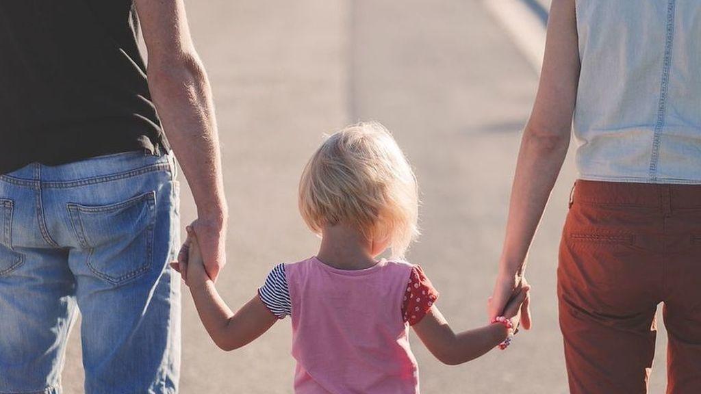 Los padres son más felices que las madres porque se encargan del cuidado 'divertido'