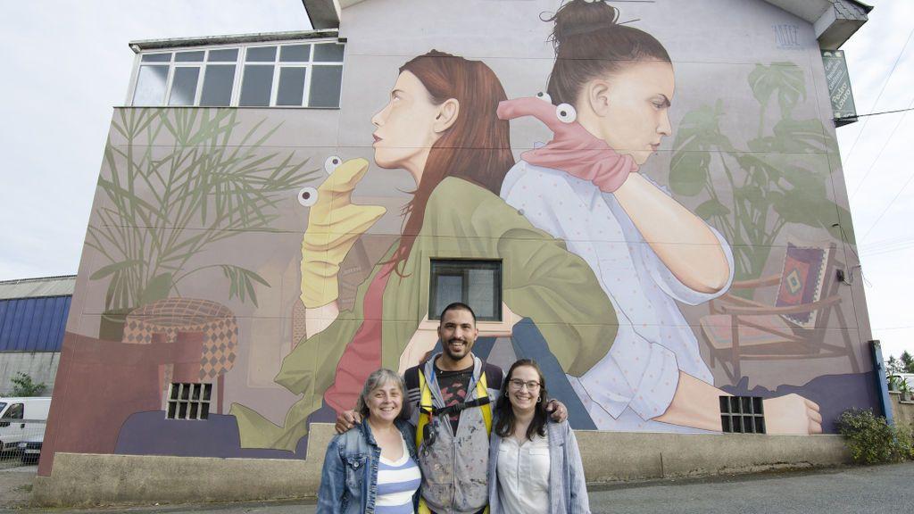 María José y su hija Araceli con Artez, el artista de la obra