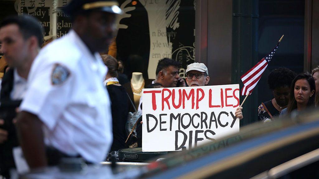 Trump pidió a Ucrania que interfiriera en las elecciones y después trató de ocultarlo, según el denunciante