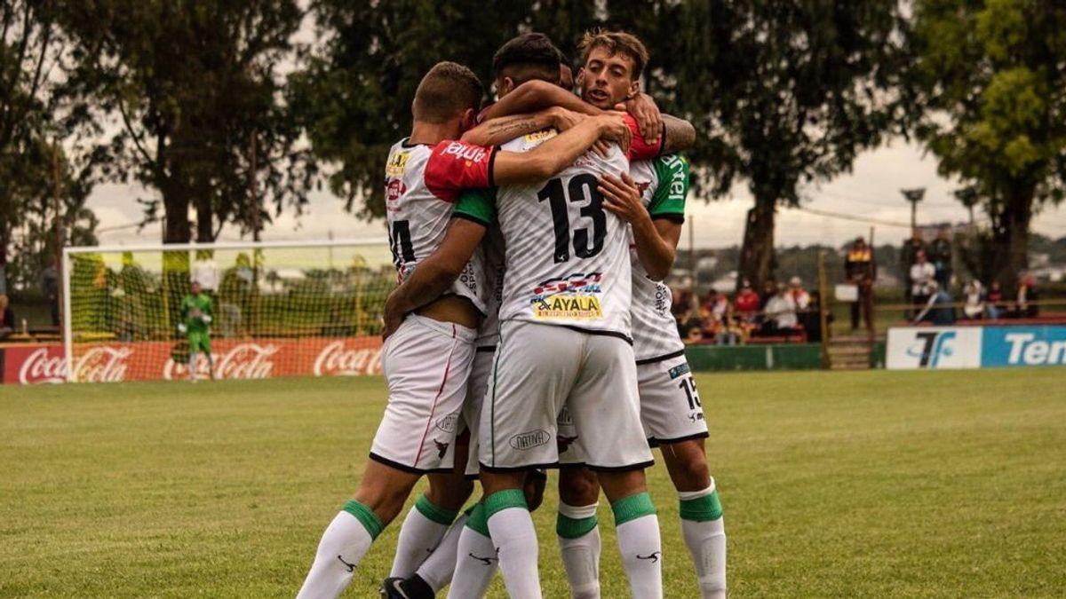 Conmoción en el fútbol uruguayo: un jugador de 17 años se desvanece y fallece en el hospital