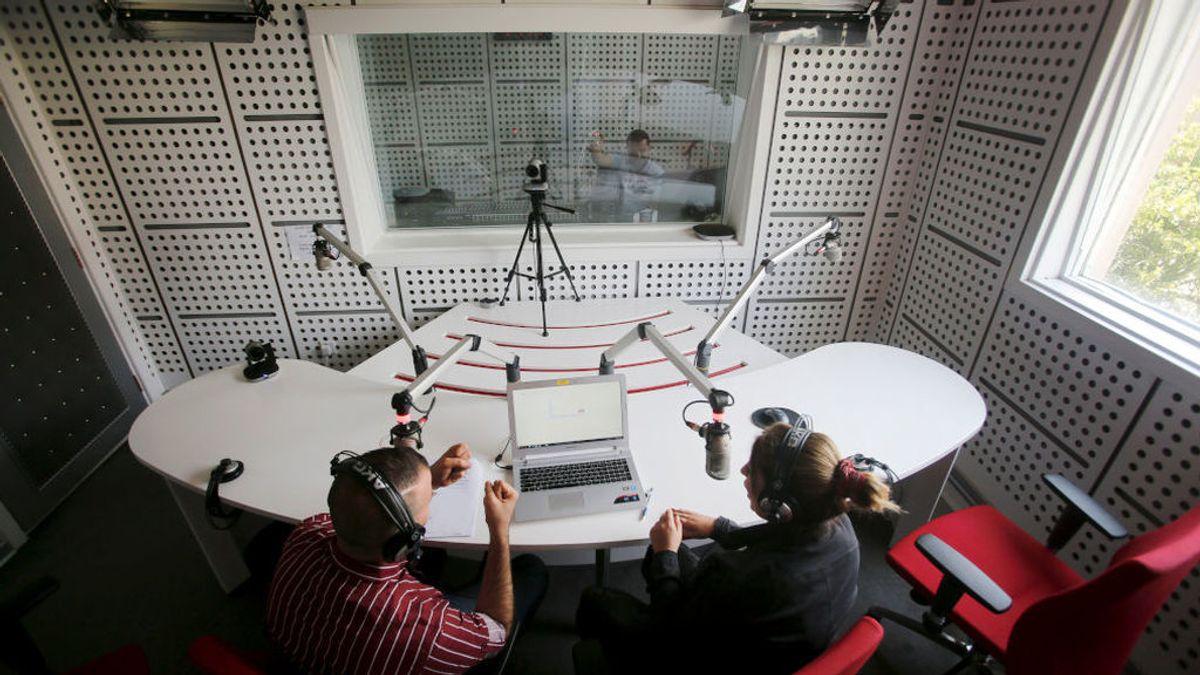 El dueño de una radio de Argentina agrede a una locura en pleno directo de su programa