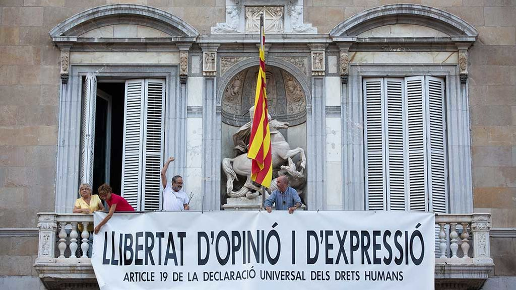El gobierno catalán cuelga otra pancarta en el balcón de la Generalitat