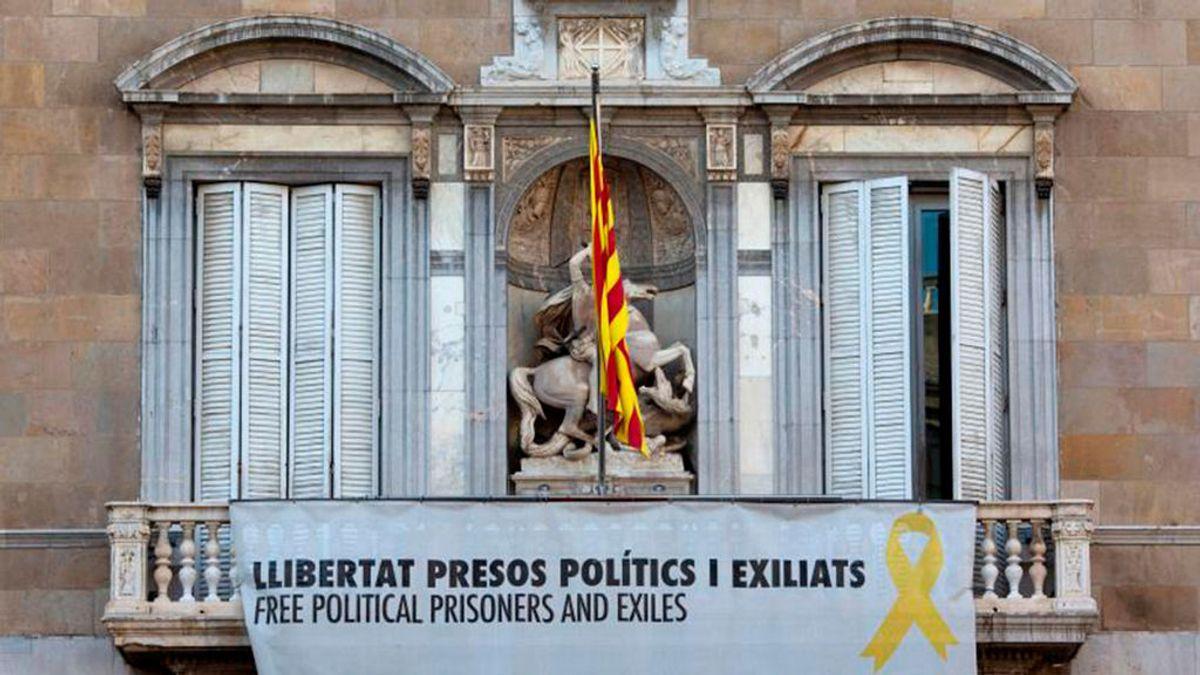 Pancarta a favor de los presos en la fachada de la Generalitat
