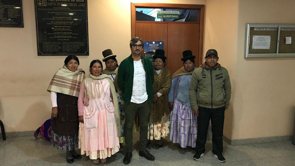El doctor recibió en su hotel a los familiares de un paciente al que intervino en Bolivia