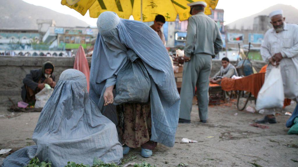 Un voto, una foto: el pánico de las mujeres afganas a depositar su papeleta