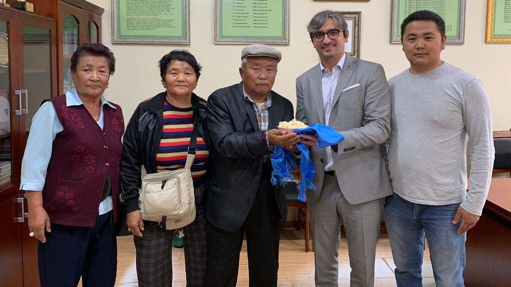 El doctor González Rivas recibe a los familiares de un paciente operado en Mongolia