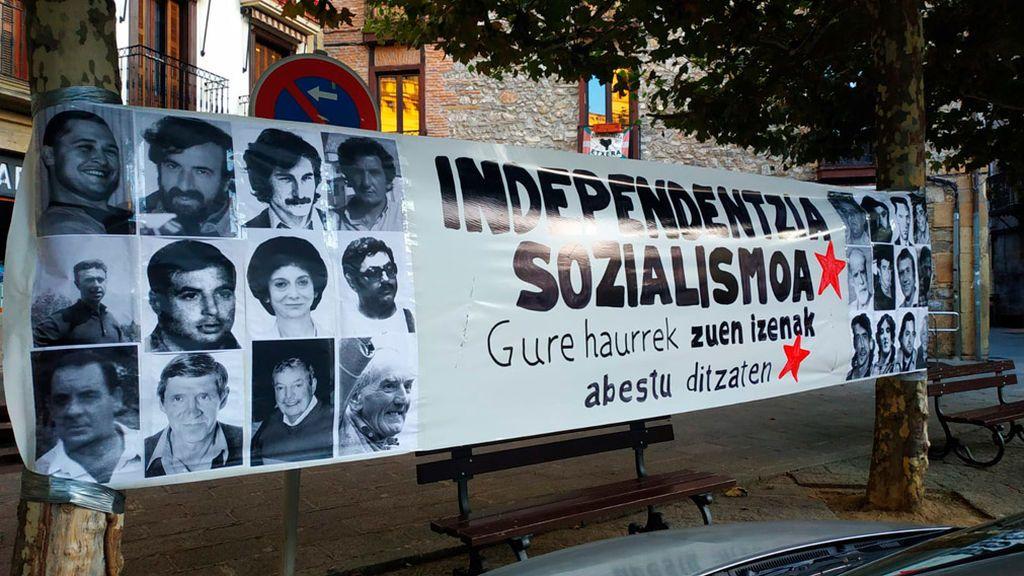 Una  pancarta homenajea  a miembros de ETA en Hernani en el dia del Gudari eguna