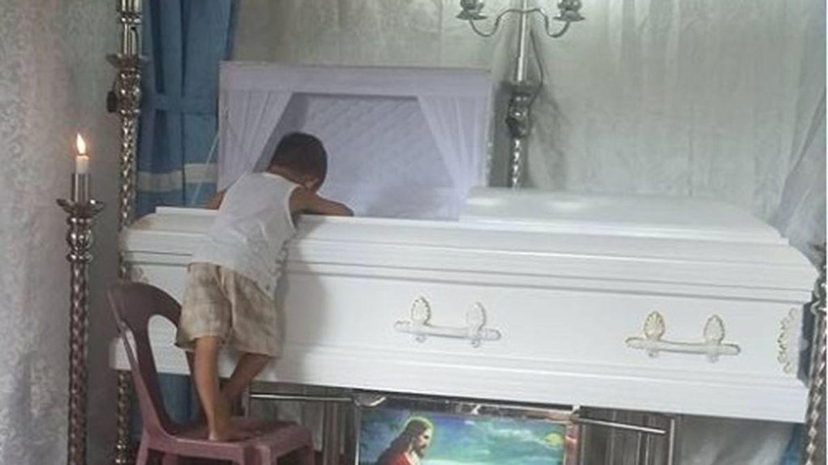 Las devastadoras imágenes de un niño de 5 años que ha perdido a su madre: duerme aferrado a su ataúd