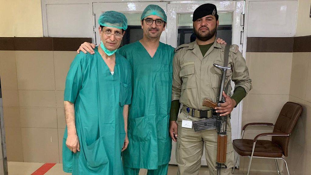 El doctor operó en Peshawar con un militar del ejército paquistaní dentro del quirófano