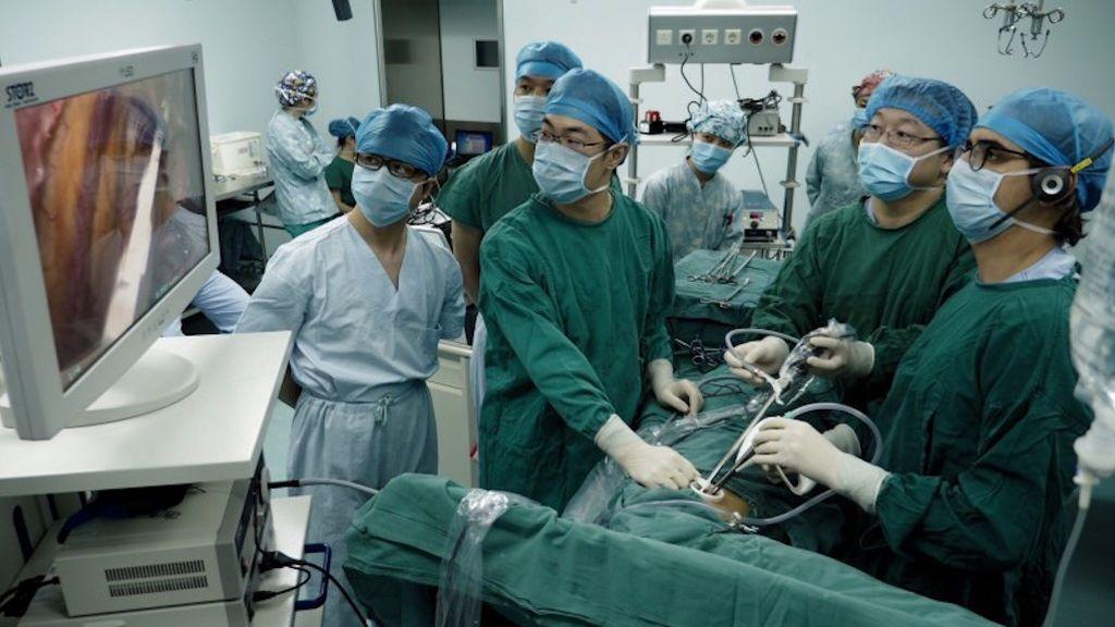 En China es recibido en los hospitales como un héroe