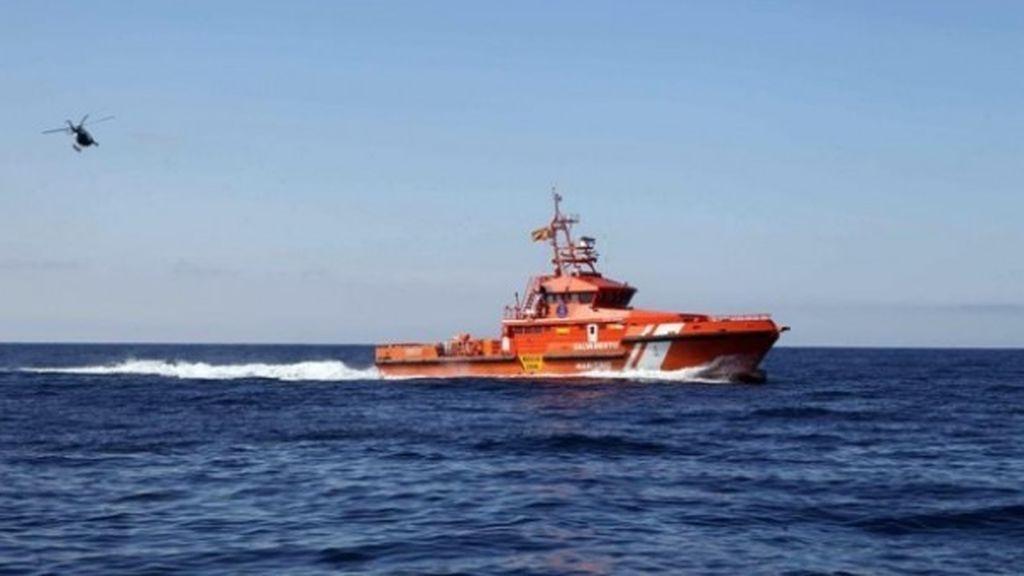 Salvamento Marítimo rescata a 9 hombres y 3 menores de una patera en aguas del Estrecho
