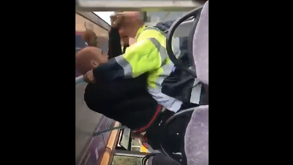 Un joven propina una brutal paliza a un conductor de autobús que le pidió que bajara el volumen de su música