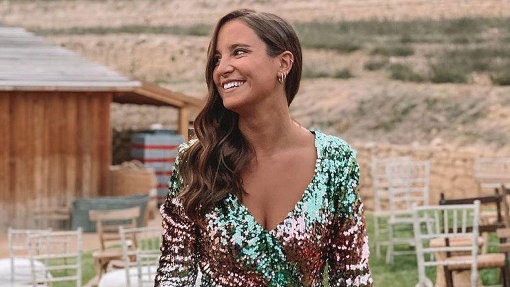 De escote cruzado y con ramo de girasoles: el vestido en Marta Pombo en su boda