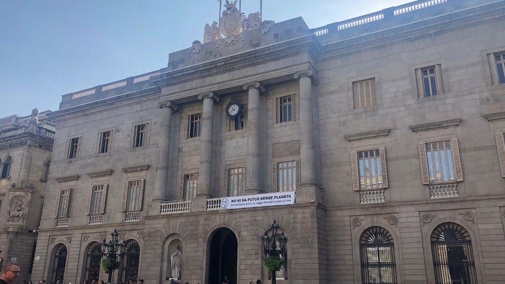 La JEC obliga al Ayuntamiento de Barcelona a retirar el lazo amarillo de la fachada