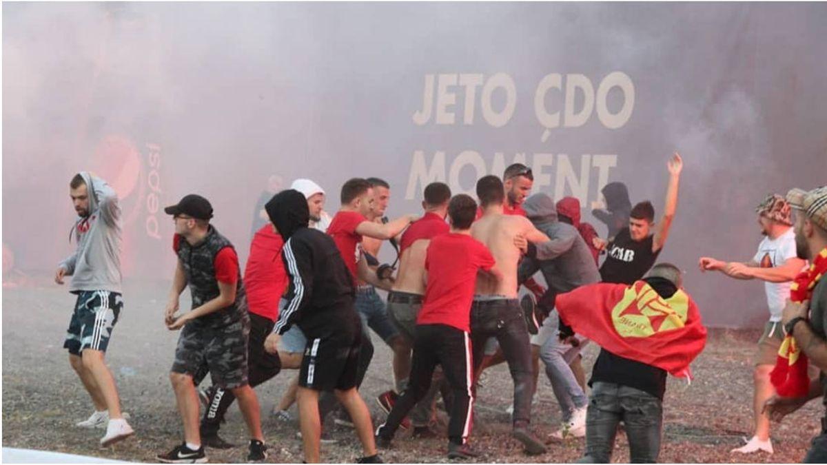 Salvajada ultra: el derbi de Albania comienza con una brutal pelea sobre el césped