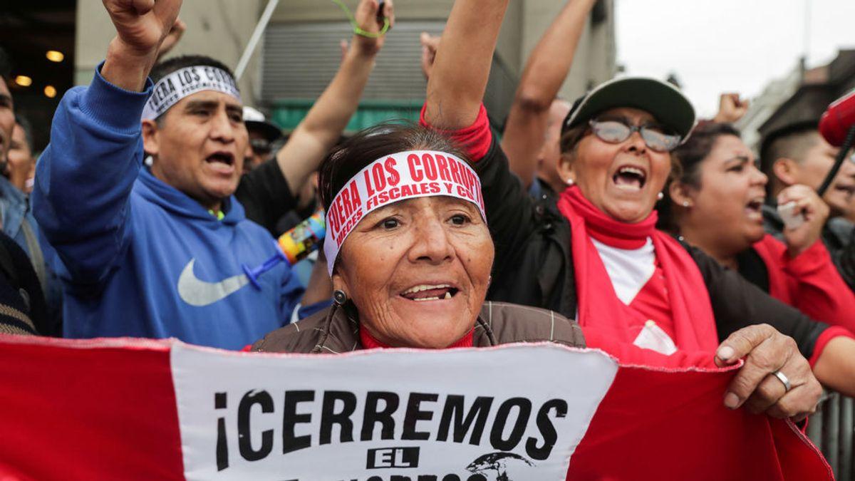 Caos en Perú: dos presidentes, un Parlamento que rechaza su disolución y protestas en las calles