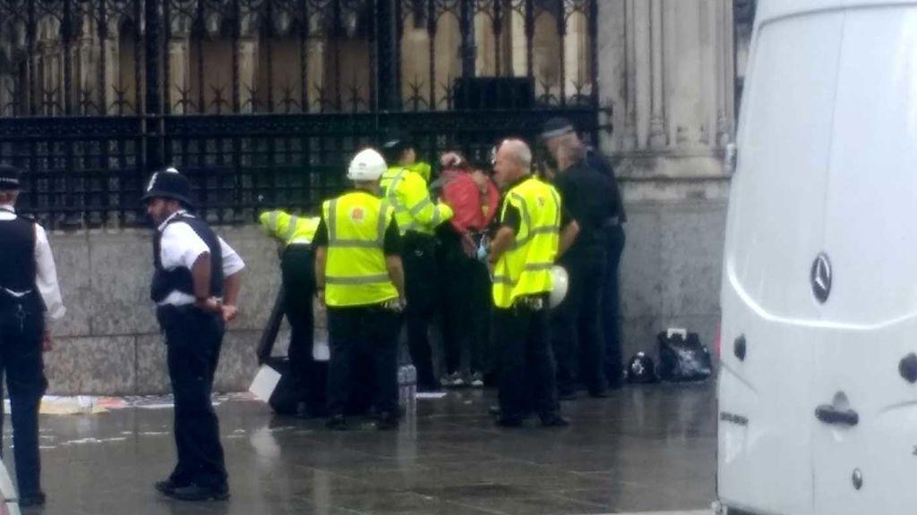 Se rocía con líquido inflamable ante el Parlamento británico