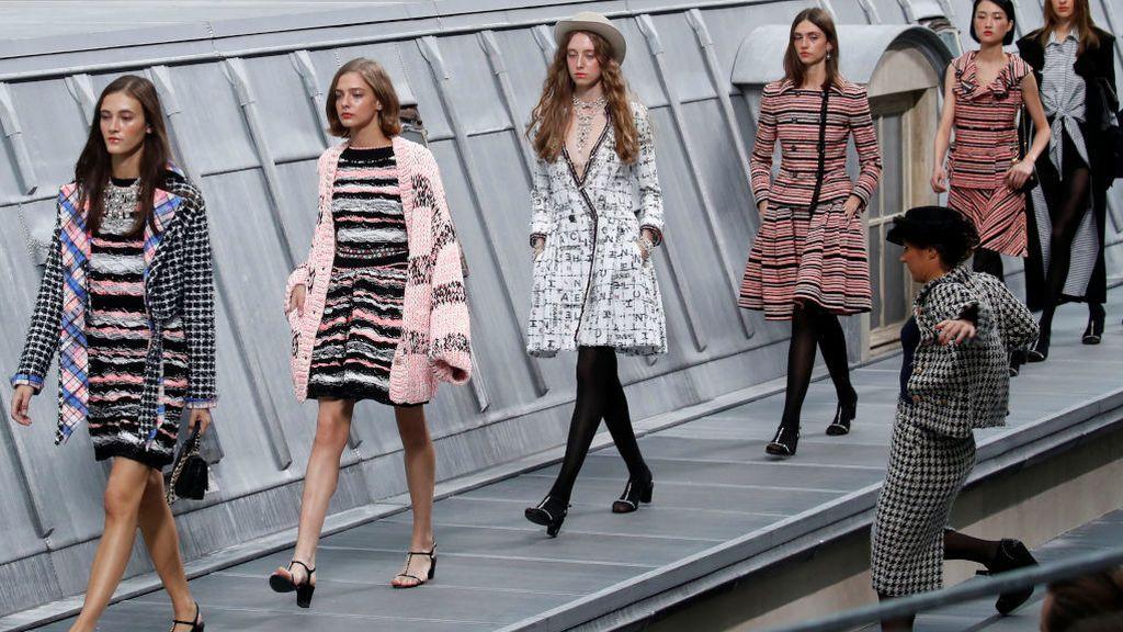 Una chica se cuela en un desfile en la Fashion Week de Paris y la top model Gigi Hadid la echa de la pasarela