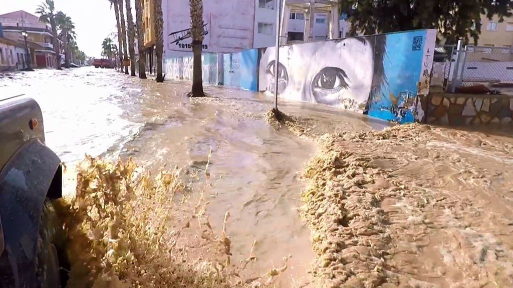 El terror de las inundaciones de Los Alcázares en primera persona: los vecinos del pueblo se convierten en 'refugiados climáticos'