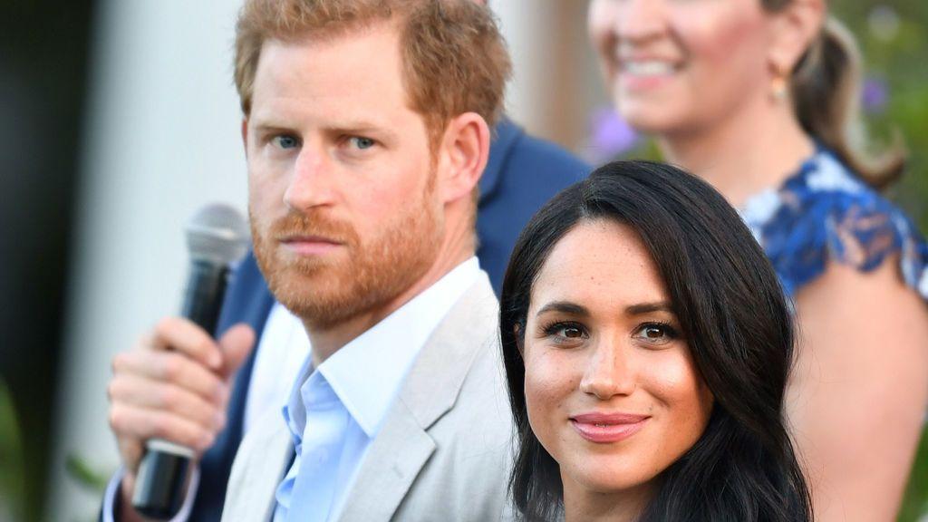 """El príncipe Harry: """"Perdí a mi madre. Y ahora mi esposa es víctima del mismo acoso mediático"""""""