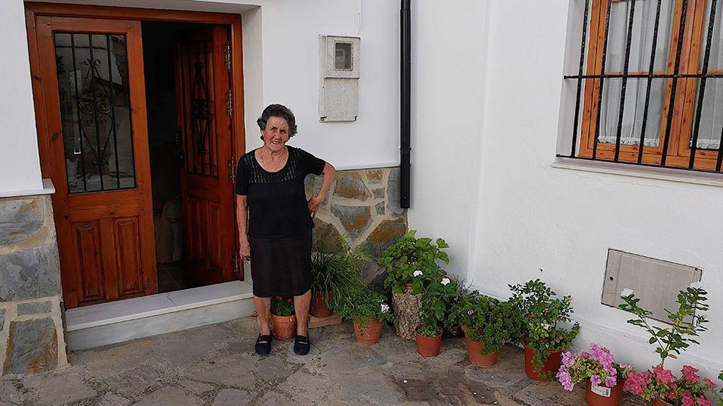 Pilar esperando con la llave a la puerta de su casa
