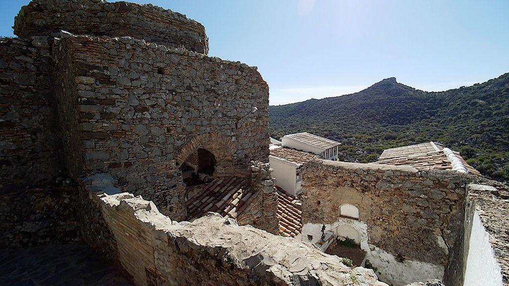 Las sepulturas se encuentras en el interior de una antigua iglesia